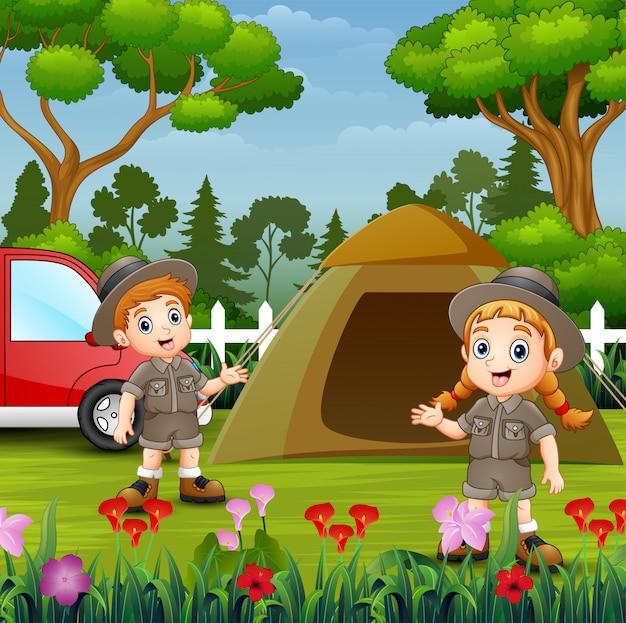 Dzieci z kreskówek w stroju odkrywcy obozujące w przyrodzie