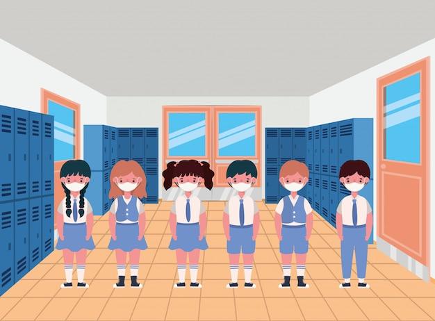 Dzieci z maskami w hali szafek