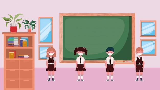 Dzieci z maskami w klasie przed tablicą