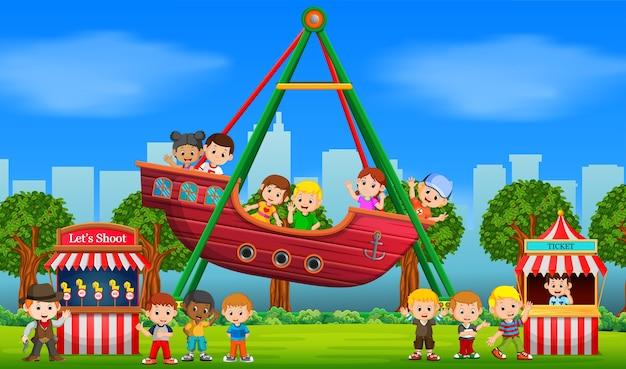 Dzieci zabawy w karnawale w ciągu dnia
