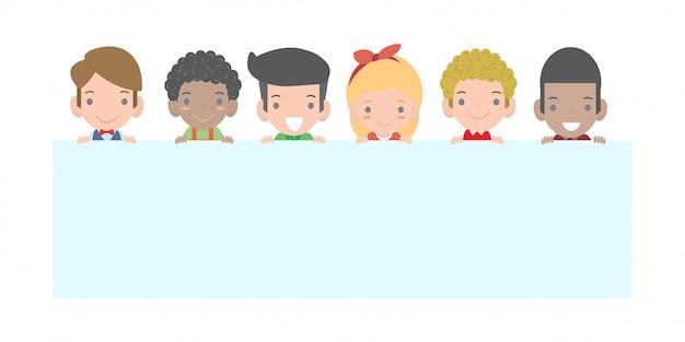 Dzieci zaglądające za afisz, szczęśliwe dzieci posiadające znaki śliczne małe dziecko na białym tle
