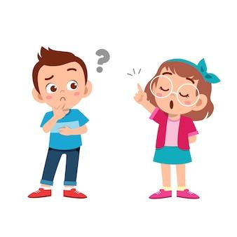 Dzieciak wyjaśnia przyjacielowi