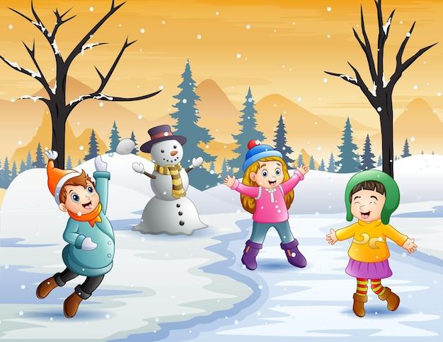 Dzieciaki bardzo radośnie bawią się na śniegu