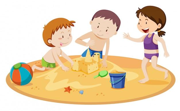 Dzieciaki buduje piaska kasztel na białym tle