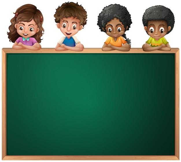 Dzieciaki opiera nad pustym blackboard