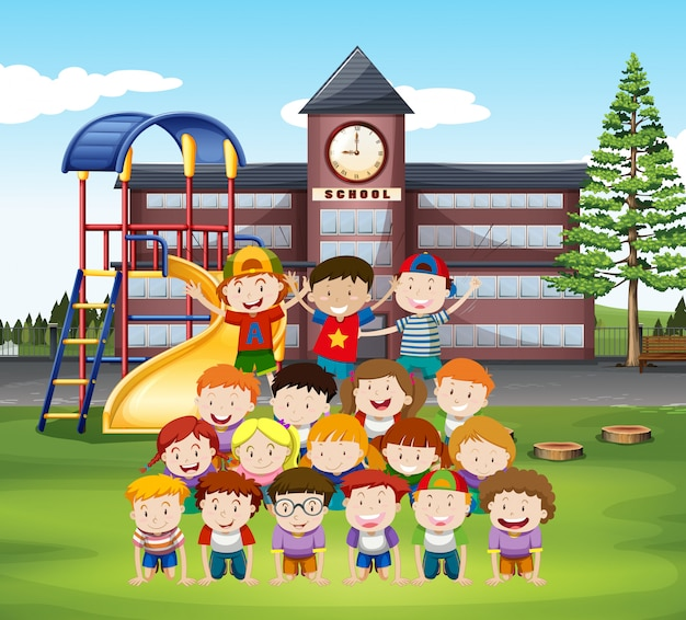 Dzieciaki robią ludzką piramidę w szkole
