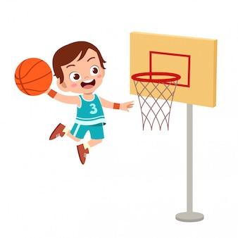 Dzieciaki skaczą w koszykówkę