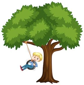 Dziecko bawiące się huśtawką oponową pod drzewem na białym?