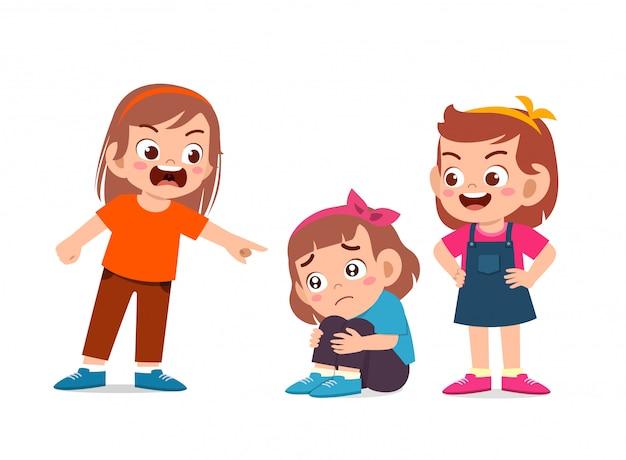 Dziecko dziewczynka nęka innego przyjaciela złym zachowaniem