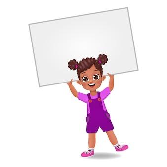 Dziecko dziewczynka trzymając pusty sztandar na głowie
