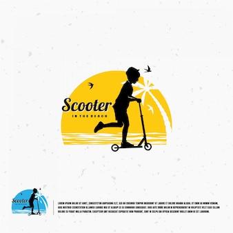Dziecko gra skuter na szablonie logo sylwetka plaży