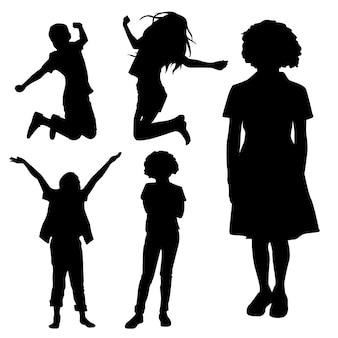 Dziecko sillhouetes gra i skacze
