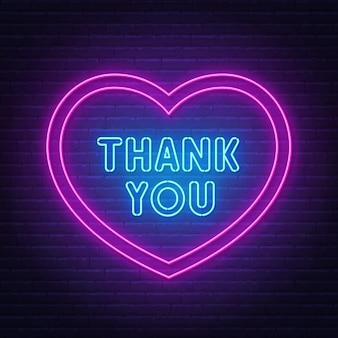 Dziękuję neonowi w ramce w kształcie serca na ścianie z cegły