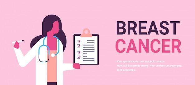 Dzień raka piersi kobieta lekarz trzymając transparent schowka