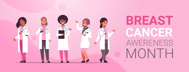 Dzień raka piersi lekarze noszący płaszcze z różową wstążką wymieszać wyścig koledzy ze szpitala zespół stojący razem świadomości choroby i zapobiegania koncepcji płaskie pełnej długości kopii przestrzeni poziomej
