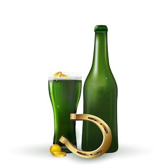 Dzień świętego patryka . st patrick's day zielone piwo z shamrock, podkowa, złote monety na białym tle.