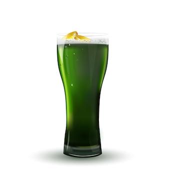 Dzień świętego patryka . st patrick's day zielone piwo ze złotymi monetami na białym tle.