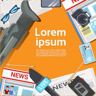 Dziennikarz miejsce pracy biurko koncepcja widok z góry gazety, mikrofony