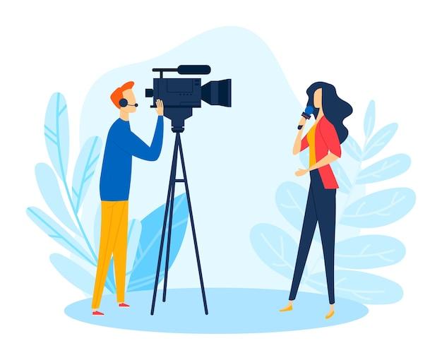 Dziennikarz reporter w pobliżu kamery, telewizyjne media informacyjne pracują z ilustracją mikrofonu. kamerzysta nagrywa wideo, postać korespondenta prasowego kobiety w dziennikarstwie kreskówkowym.