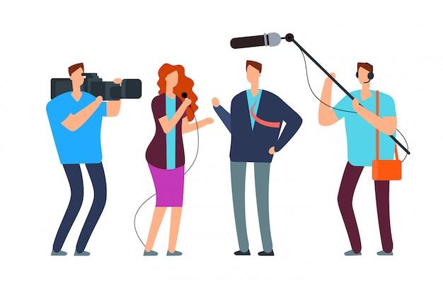 Dziennikarze biorą wywiad. reportaż telewizyjny z fotografem i kamerzystą. nadawanie