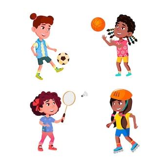 Dziewczęta dzieci bawiące się sportowe gry wektor zestaw. ladies sportsgirls trenują ćwiczenia piłki nożnej i koszykówki, grają w badmintona i jeżdżą na rolkach. postacie płaskie ilustracje kreskówka