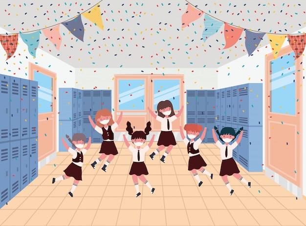 Dziewczęta dzieci z maskami w hali szafek