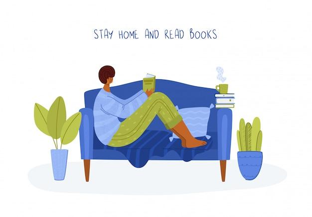 Dziewczyna czytanie książki w przytulnym pokoju w domu na kanapie, student czytać i studiować, fanów literatury lub miłośników koncepcji