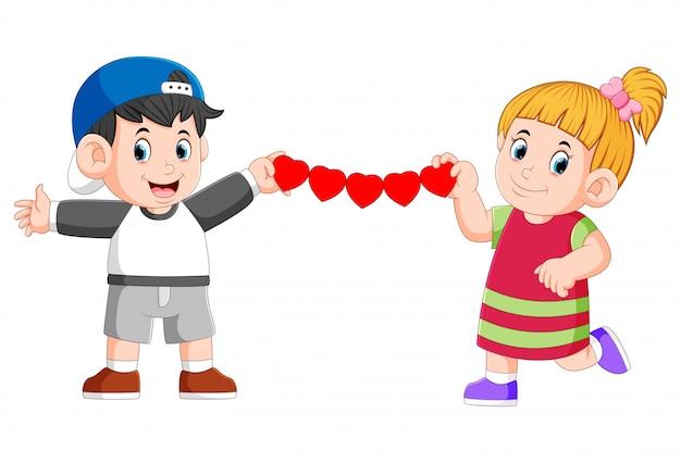 Dziewczyna i chłopak podtrzymują ciągłą miłość papieru