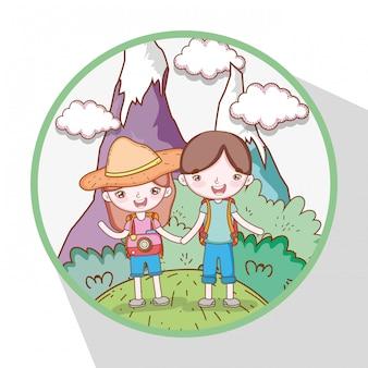 Dziewczyna i chłopiec w górach z drzewami i chmurami