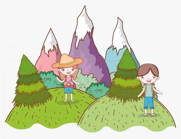 Dziewczyna i chłopiec w górach z drzewami wanderlust