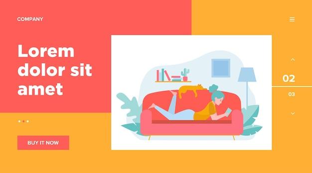 Dziewczyna i kot relaksujący na płaskiej kanapie ilustracja.