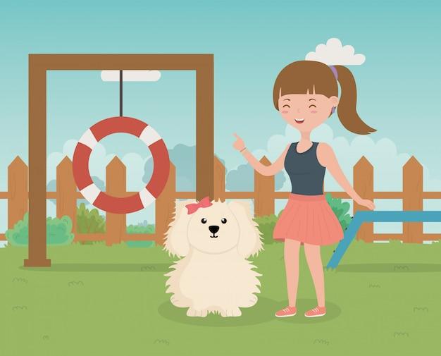 Dziewczyna i pies w strefie szkolenia opieki nad zwierzętami
