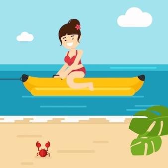 Dziewczyna iść podróżować dziewczyna ma zabawę na bananowej łodzi w morzu