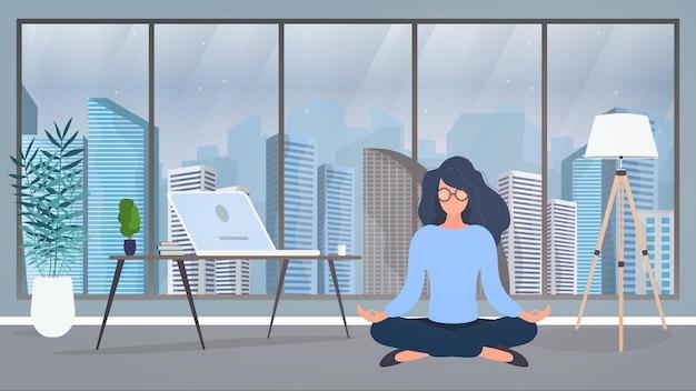 Dziewczyna medytuje w biurze. dziewczyna ćwiczy jogę. pokój, gabinet, lampa podłogowa, powiększenie pomieszczenia, stół z laptopem, miejsce pracy. ilustracja