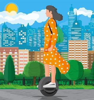 Dziewczyna na kole monocykla. kobieta z plecakiem jedzie elektryczny samobalansujący skuter. hipsterska postać korzysta z nowoczesnego transportu miejskiego. ekologiczny, wygodny transport miejski. płaska ilustracja wektorowa