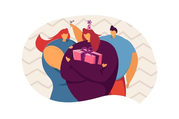 Dziewczyna obchodzi urodziny z przyjaciółmi. kobiecy charakter w party hat przytrzymanie obecnej płaskiej ilustracji wektorowych. uroczystość, koncepcja przyjęcia urodzinowego na baner, projekt strony internetowej lub stronę docelową