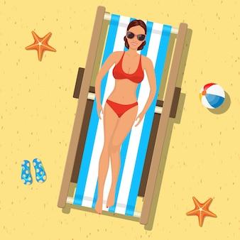 Dziewczyna opalając się na leżaku. wakacje na plaży. widok z góry.