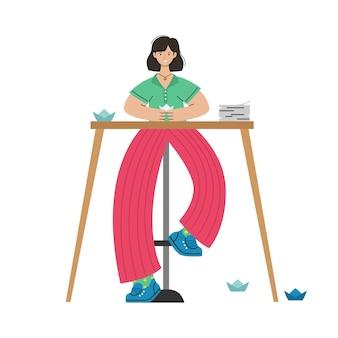Dziewczyna robi origami z papieru przy stole. aktywność twórcza.