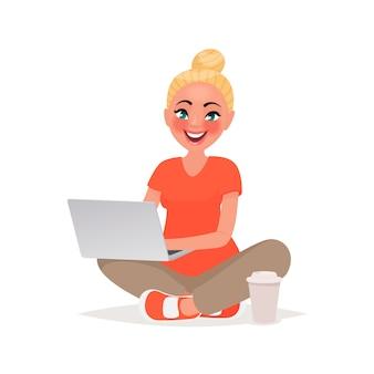 Dziewczyna siedzi i pracuje za laptopem. praca zdalna i komunikacja w sieciach społecznościowych