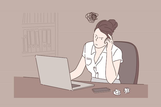 Dziewczyna siedzi przy biurku, businesswoman pracy z komputerem w biurze. kobieta, pisanie na laptopie, zmięte kartki papieru, proces myślenia, poszukiwanie pomysłów. proste mieszkanie