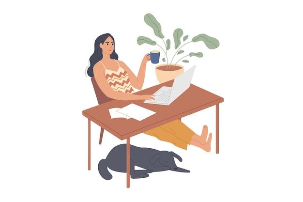 Dziewczyna siedzi zrelaksowany przy biurku z laptopem.