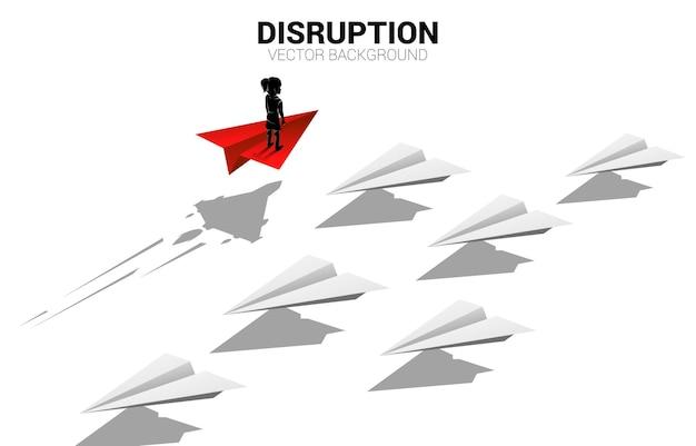 Dziewczyna stojąca na samolocie z papieru czerwonego origami porusza się szybciej niż grupa białych.