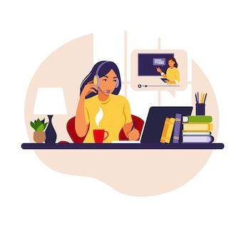 Dziewczyna studiuje przy komputerze. koncepcja uczenia się online. lekcja wideo. badanie na odległość.
