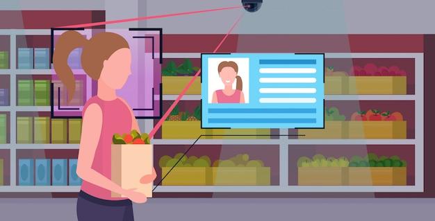Dziewczyna trzyma zakupy papierowa torba z sklep spożywczy identyfikacja rozpoznawanie twarzy pojęcie kamera bezpieczeństwa inwigilacja system cctv sklep spożywczy supermarket supermarket wnętrze portret poziomy