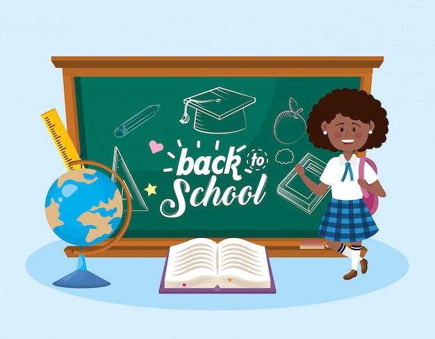 Dziewczyna uczeń z blackboard i globalną mapą z książką