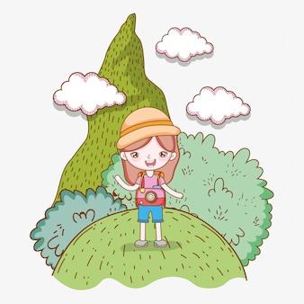 Dziewczyna w górach z drzew i chmur przygodą