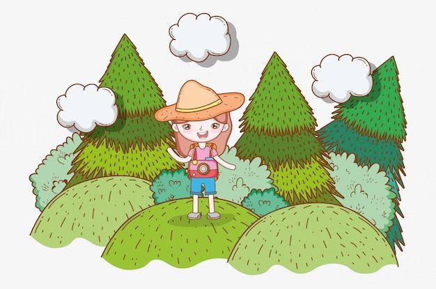 Dziewczyna w górach z sosnami i chmurami