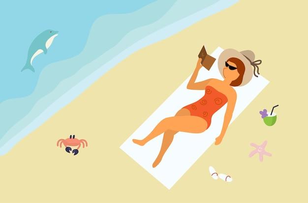 Dziewczyna w okularach stroju kąpielowego i kapeluszu opala się na płaskiej plaży piaszczystej plaży