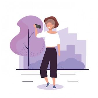 Dziewczyna z kapeluszem i przypadkowymi ubraniami z smartphone selfie