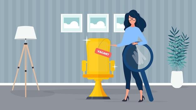 Dziewczyna z krzykiem i lupą. dziewczyna szuka nowych pracowników. krzesło biurowe w kolorze złotym. wolne miejsce. gabinet. pojęcie poszukiwania ludzi do pracy. .
